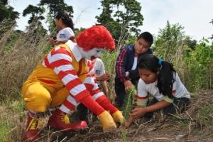 RONALD McDonald participó junto con los niños de Amatitlán reforestando en el parque Naciones Unidas.